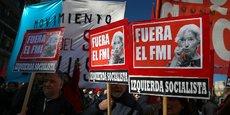 Des manifestants brandissent des pancartes hostiles aux accords conclus entre le FMI et l'Argentine.