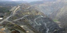 Vue aérienne de la mine à ciel ouvert Krivelj, partie du complexe minier RTB Bor, près de la ville serbe de Bor, à 250 km au sud-est de Belgrade, le 26 octobre 2007. En raison d'un manque d'investissement et d'une technologie obsolète, la production annuelle de cuivre de RTB Bor a chuté à moins de 40.000 tonnes en 2005, comparé à plus de 170.000 tonnes avant 2000.