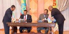 Le Premier ministre éthiopien Ahmed Abiy et le président de l'Erythrée, Isaias Afwerki, lors de la cérémonie de signature de la «déclaration conjointe de paix et d'amitié», le 9 juillet 2018 à Asmara, la capitale érythréenne.