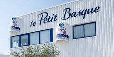 Le caillé au lait de brebis est le produit emblématique de la laiterie Le Petit Basque, dont l'usine est à Saint-Médard-d'Eyrans, en Gironde, et qui a été rachetée par le groupe breton Sill Entreprises en 2014.