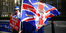 Theresa May pourrait bien accepter la proposition de Bruxelles qui maintiendrait l'Irlande du Nord dans l'union douanière, pour éviter le retour d'une frontière physique avec la république d'Irlande voisine. Ici, un militant anti-brexit tient un drapeau nommant les six comtés du nord de l'Irlande devant le Parlement, à Londres.