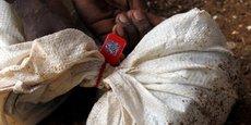 Un sac de tantale scellé, étiqueté et introduit dans le système de traçabilité de la blockchain développée par la jeune entreprise britannique Circulor à Gatumba, dans l'ouest du Rwanda.