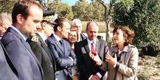 Emmanuel Macron, aux côtés de la présidente de Région Carole Delga et des autres élus locaux, lors du déplacement dans l'Aude du chef de l'État