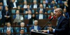 Pourquoi donc ces quinze personnes étaient-elles à Istanbul le jour du meurtre ? Nous cherchons des réponses à cette question. De qui donc ces personnes recevaient-elles leurs ordres ? Le président Erdogan (ici, le 23 octobre au parlement turc s'adressant au députés de son parti au pouvoir l'AKP) a demandé que tous les suspects soient jugés à Istanbul, réitérant sa volonté de trouver le commanditaire de cet assassinat.