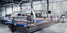 Un robot de découpe Versalis de Lectra dans le showroom du site de Cestas.