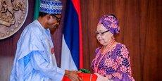 Le président Buhari recevant ce mardi 6 novembre au palais présidentiel d'Abuja les recommandations du comité tripartite (gouvernement, syndicat et secteur privé) sur la révision du salaire minimum.