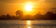 Kinshasa et Brazzaville sont séparés par le fleuve Congo et ne sont aujourd'hui accessible à l'un comme à l'autre que par bateau ou par avion.