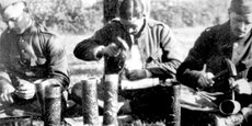 Soldats belges décorant des douilles d'obus.