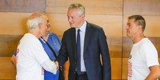 Bruno Le Maire, ici en train de serrer la main de Philippe Poutou, est déjà venu plusieurs fois à Bordeaux pour ce dossier industriel.