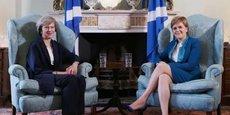 Rencontre au sommet entre Theresa May (à gauche) et Nicola Sturgeon, chef du gouvernement écossais.
