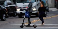 Il y a moins d'un an, les entrepreneurs de la Silicon Valley ont dévoilé des trottinettes électriques à prix modique pour en finir avec les embouteillages dans les grandes villes. Les principaux acteurs à ce jour sont Bird, LimeBike et Spin. Cette dernière a été achetée par Ford Motor Company pour près de 100 millions de dollars.