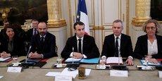 En milieu de matinée, ce lundi 10 décembre 2018, avant son allocution télévisée à 20 heures, le président Emmanuel Macron, entouré d'une bonne partie du gouvernement, a réuni à l'Élysée les présidents des associations d'élus locaux, du Sénat Gérard Larcher, de l'Assemblée Richard Ferrand et du CESE Patrick Bernasconi, ainsi que les cinq syndicats représentatifs (CGT, CFDT, FO, CFE-CGE et CFTC) et trois organisations patronales (Medef, CPME et U2P).
