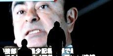 Aucune photo ni aucune captation vidéo du Pdg de Renault, Carlos Ghosn, n'ont été autorisées lors de sa comparution en audience publique ce mardi où les médias étaient présents. Seuls des croquis d'audience ont été rendus publics. (Photo : l'ex-Pdg de Nissan passe au journal télévisé sur des écrans publics géants à Tokyo le 10 décembre 2018, lors de l'annonce de sa mise en accusation après des semaines de détention préventive)