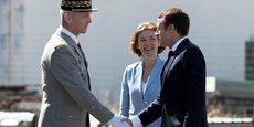 Le général François Lecointre, chef d'état-major des armées, Florence Parly, ministre des Armées, et Emmanuel Macron, président de la République, le 20 juillet 2017, lors de la visite de la base aérienne d'Istres, dans les Bouches-du-Rhône.