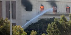 En milieu de journée, une épaisse fumée se dégageait encore du bâtiment qui a été aussitôt quadrillé par les forces de sécurité. (c) Hani Amara