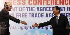 Vu Huy Hoang (droite), ministre vietnamien du Commerce, et l'ambassadeur Franz Jessen, responsable de la délégation européenne, lors de la conférence de presse à Hanoï, le 4 août 2015, qui présentait les grandes lignes de l'accord de principe de libre-échange obtenu à l'issue de 2 ans et demi de négociations.