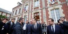 Le chef de l'Etat Emmanuel Macron et son ministre des Collectivités territoriales Sébastien Lecornu le 15 janvier à la sortie du conseil municipal de Gasny (Eure).