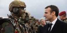 Avant son discours, Emmanuel Macron est allé à la rencontre des soldats du 1er RTP basée à Cugnaux (Haute-Garonne).