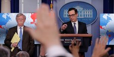 Le secrétaire américain au Trésor, Steven Mnuchin, et le conseiller à la Sécurité nationale de la Maison Blanche, John Bolton (à gauche), ont annoncé des sanctions économiques à l'encontre du Venezuela et de la compagnie pétrolière vénézuélienne PDVSA, lors d'un point presse à la Maison Blanche le 28 janvier.