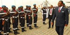 Alain Mebe Ngo'O, alors ministre de la Défense, passant en revue un détachement de l'armée camerounaise, le 18 juin 2012 à la base navale de Douala.