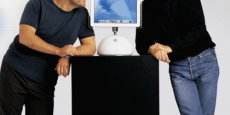 Jony Ive, le designer star d'Apple, ici avec Steve Jobs, prend du galon en supervisant aussi les interfaces. Copyright Reuters