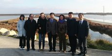 A.-L. Melki de Biotope (foulard mauve), au centre de la délégation chinoise en visite à Sète