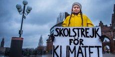 Grève scolaire pour le climat a écrit sur son affiche la jeune suédoise Greta Thunberg pour interpeller les pouvoirs publics du monde entier sur les menaces que fait peser le réchauffement climatique sur la planète (ici, au tout début de son mouvement de protestation, en novembre 2018).