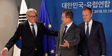 Jean-Claude Juncker, président de la Commission européenne, et Donald Tusk, président du Conseil européen, reçoivent le président sud-coréen Moon Jae-in, lors du sommet UE-République de Corée, à Bruxelles le 19 octobre 2018. L'accord de libre-échange signé entre les deux parties a permis à l'Europe de voir la part de ses exportations vers le pays asiatique passer de 9% à 13%.