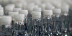 L'entreprise de Clermont-Ferrand a mis au point un procédé innovant permettant, grâce à des enzymes, de décomposer les bouteilles en polytéréphtalate d'éthylène (PET) dans leur matériau d'origine qui peut de nouveau être utilisé.