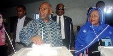 Le président sortant Azali Assoumani, dans un bureau de vote, le 24 mars 2019 à Mitsoudje aux Comoros.