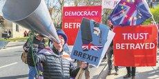 Chauffés à blanc. A proximité de la Chambre des communes, partisans comme adversaires du Brexit intensifient leur mobilisation.
