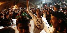 Des centaines de personnes sont descendues dans les rues de la capitale Alger, mardi soir à l'annonce de la démission du président. Des jeunes gens ont fêté l'événement, agité des drapeaux algériens et circulé en convois de voiture à travers le centre-ville.