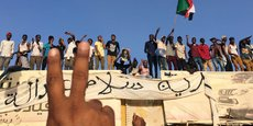Des manifestants brandissant des banderoles et scandant des slogans demandant le départ du président Omar El Béchir, le 8 avril 2019 devant le ministère de la Défense à Khartoum, la capitale soudanaise.
