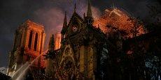 Cette nuit, après de longues heures de lutte, les pompiers de Paris ont réussi à maîtriser l'incendie qui ravageait Notre-Dame.