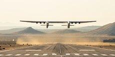 L'envergure de l'engin, 117 mètres, est plus grande qu'un terrain de football. Un Airbus A380 mesure 79,75 mètres d'envergure.