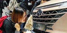 Une journaliste inspecte la calandre d'une Hyundai Nexo présentée à la presse ce mardi 16 avril 2019 au salon de l'auto de Shanghai.