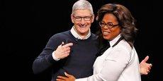 Le Pdg d'Apple Tim Cook avec l'animatrice et productrice de télévision Oprah Winfrey, le 25 mars dernier, pour un événement spécial au Steve Jobs Theater, à Cupertino, Californie.