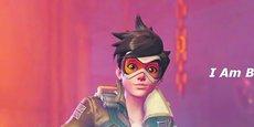 Aventurière et lesbienne Tracer est l'héroïne et la mascotte officielle d'Overwatch