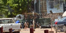 Des membres des forces de sécurité, lors d'une attaque terroriste contre l'état-major général de l'armée burkinabè, puis l'Ambassade de France à Ouagadougou, le 2 mars 2018.