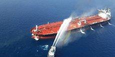 Un navire iranien tente d'éteindre l'incendie d'un bateau pétrolier après qu'il était attaqué dans le golfe d'Oman, le 13 juin.