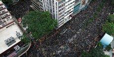 Des centaines de milliers de manifestants défilent dans les rues de Hong Kong.