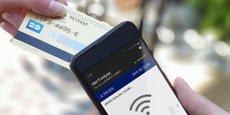 Le client approche sa carte bancaire près du smartphone équipé de l'application Paytweak. Il doit ensuite renseigner un code à usage unique, reçu au préalable par SMS, pour finaliser la transaction.