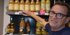 Jean-Paul Taillardas, client numéro 0001 de Supercoop devant le rayon jus de fruits.