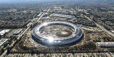 Apple a bénéficié pour son iPhone de l'investissement effectué par l'armée américaine dans les technologies cellulaires, et des recherches du département de l'Énergie autour des batteries au lithium.