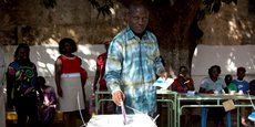 José Mario Vaz, alors candidat à la présidentielle, le 13 avril 2014 dans un bureau de vote à Bissau.