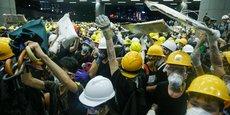 En marge de la grande manifestation pro-démocratie organisée chaque année le 1er juillet pour marquer l'anniversaire de la rétrocession de Hong Kong à la Chine, des manifestants ont envahi le Parlement de Hong Kong.