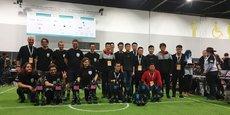 L'équipe bordelaise Rhoban (à gauche) après sa victoire en finale face à une équipe chinoise