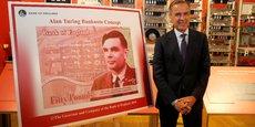 Mark Carney, le gouverneur de la Banque d'Angleterre, devant le nouveau billet de 50 livres sterling, mettant à l'honneur le grand mathématicien britannique Alan Turing.