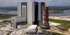 La fusée Saturn V sortant du bâtiment d'assemblage pour rejoindre son pas-de-tire.