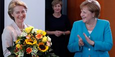 Ursula van der Leyen félicitée par Angela Merkel, bouquet de fleurs à l'appui, ce mercredi matin à Berlin.